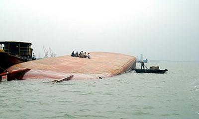 Quảng Ninh: Sà lan chở hơn 1.300 tấn than bị chìm trên biển