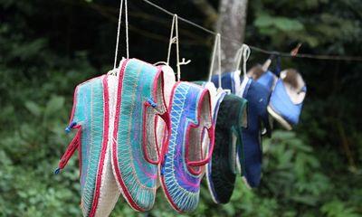 Bí mật tâm linh đằng sau đôi giày vải của người Giáy