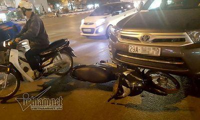 Tài xế gây tai nạn liên hoàn cố thủ trên xe bị dân phá cửa kính lôi ra
