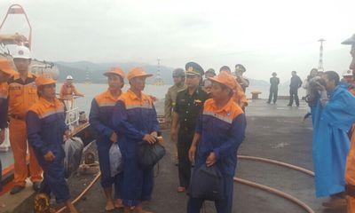 Cứu 13 ngư dân gặp nạn ngoài khơi trước tâm bão số 12