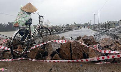 Người dân vẫn liều đi qua cầu sắp sập khi bão số 12 đổ bộ vào đất liền