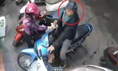 Clip: Đôi nam nữ dàn cảnh, cạy cốp xe tay ga trộm đồ giữa chợ