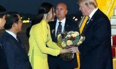 Chân dung nữ sinh xinh đẹp, giỏi 2 ngoại ngữ tặng hoa cho Tổng thống Donald Trump