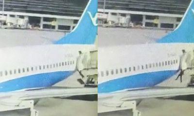 Nữ tiếp viên rơi từ máy bay xuống đường băng