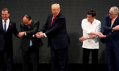 """Tổng thống Trump bối rối khi bắt tay """"kiểu ASEAN"""""""