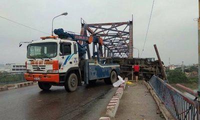 Ôtô tải nổ lốp và lật nghiêng trên cầu, 2 mẹ con thương vong