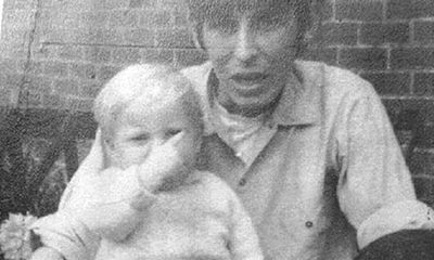 Bức ảnh cũ trên Facebook tố cáo tội ác của người cha dượng từ 49 năm trước