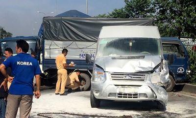 Xe ô tô chở hàng chục du khách nước ngoài bốc cháy sau tai nạn liên hoàn
