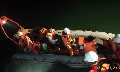 8 thuyền viên gặp nạn trong bão số 14 được đưa vào bờ an toàn