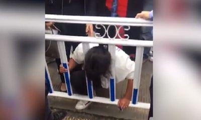 Chết cười với tai nạn người phụ nữ gặp phải khi leo qua rào chắn sang đường