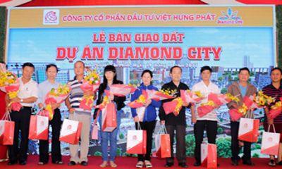 Khách hàng vui mừng nhận bàn giao đất tại dự án Diamond City