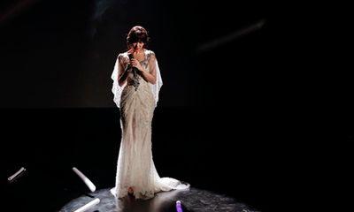Hari Won bị khán giả quay lưng, ném chai lên sân khấu trong lúc đang biểu diễn
