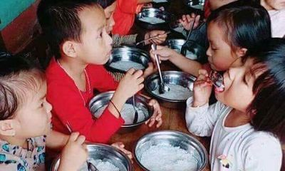 Tạm đình chỉ hiệu trưởng mầm non nghi cho trẻ ăn bữa phụ chỉ có miến trắng luộc