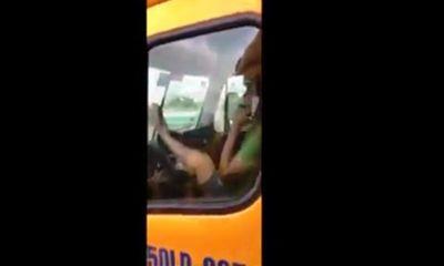 Tài xế container lái xe bằng chân ở Sài Gòn bị phạt 8 triệu