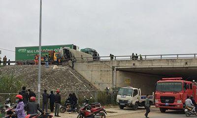 Xe container đâm lật ôtô khách trên cao tốc Hà Nội - Lào Cai