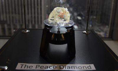 Cận cảnh viên kim cương khủng 709 cara bán với giá 147 tỷ đồng
