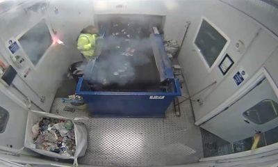 Rác thải bỗng phát nổ trong tay người phân loại phế thải