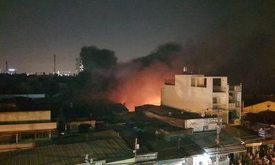 Xưởng mút cháy dữ dội, dân hoảng loạn tháo chạy
