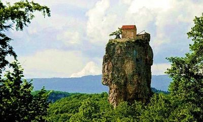 Khám phá nhà thờ cheo leo trên đỉnh cột đá khổng lồ