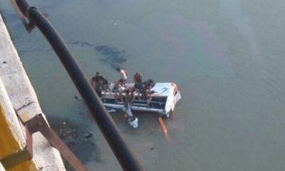 Thiếu niên 16 tuổi lái xe buýt lao xuống sông, 33 người thiệt mạng