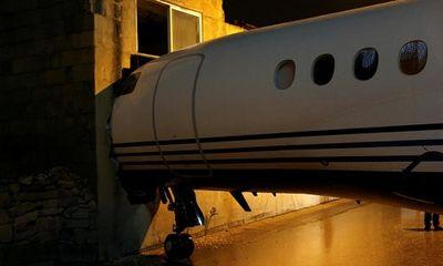 Gió mạnh thổi máy bay trượt khỏi đường băng, đâm sầm vào tòa nhà