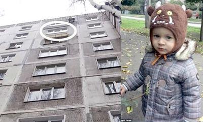 Bố đau xót nhìn con trai mới biết đi bị người tự tử nhảy lầu đè chết