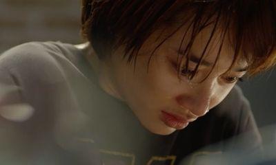 Nhã Phương khóc như mưa, cắt phăng mái tóc dài khi làm họa sĩ