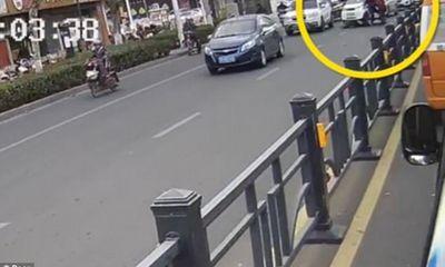 Giật thót mình cảnh cậu bé 7 tuổi lái ô tô cán ngang người đi đường