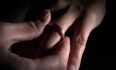 Kì lạ vợ đòi ly hôn vì chồng đối xử với vợ con tốt hơn mẹ chồng