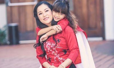 Thúy Nga và con gái Nguyệt Cát diện áo dài đôi chụp hình ở Mỹ