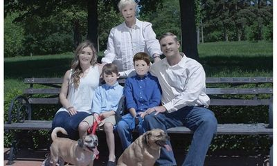 Ngã ngửa với bức ảnh gia đình bị nhiếp ảnh gia photoshop quá đà