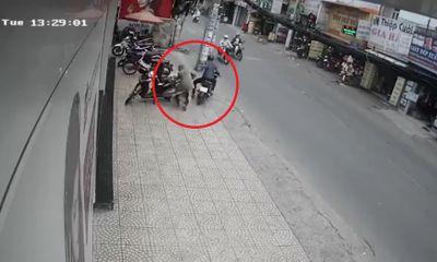 Clip: Người phụ nữ bất ngờ bị cướp giật túi xách ngay trên phố
