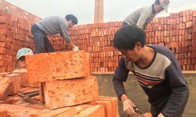 Công nhân Trung Quốc nhận gạch thay lương