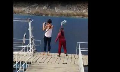 """Clip: Nữ du khách Tây bị xua đuổi khi vào """"Tuyệt tình cốc"""" chụp ảnh"""