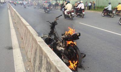 Clip: Xe máy bất ngờ bốc cháy ngùn ngụt trên Xa lộ Hà Nội