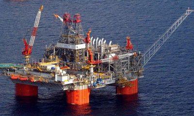 Giá dầu tăng vọt lên mức cao nhất trong ba năm