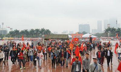 Người hâm mộ bất chấp mưa lạnh vẫn đi cổ vũ U23 Việt Nam