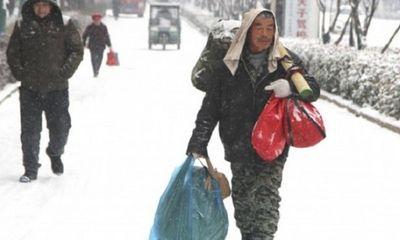 Dành tiền mua quần áo cho vợ, người đàn ông 60 tuổi đi bộ 40km dưới tuyết về quê ăn Tết