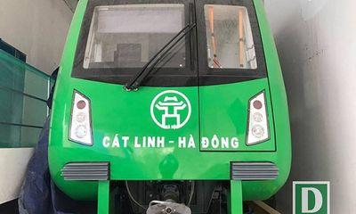 Đang sơn lại các toa tàu bị vẽ trộm ở ga Cát Linh - Hà Đông
