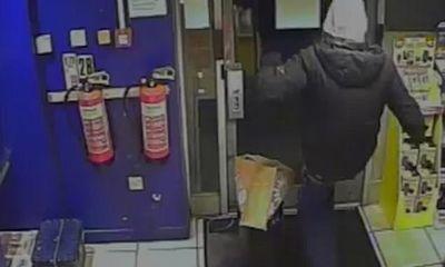 Kẻ trộm bị phát hiện do vết quần rách ở... mông