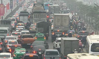 Người dân khốn khổ tìm cách thoát khỏi Hà Nội dưới trời mưa rét để về quê đón Tết