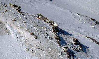 Đau lòng máy bay rơi, thi thể nằm la liệt trên tuyết