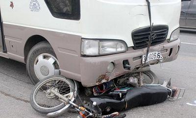 Va chạm với xe khách, mô tô bị kéo lê 10m