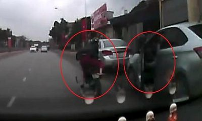 Video: Tài xế mở cửa xe hất văng người phụ nữ xuống đường