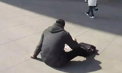 Thoát chết nhờ ném tiền ra thu hút sự chú ý của người đi đường