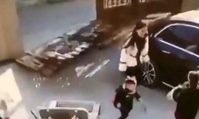 Hãi hùng cảnh thoát chết trong gang tấc của hai mẹ con khi cánh cổng sắt đột nhiên đổ sập