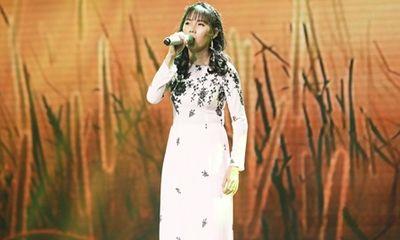 Clip: Giao Linh nghẹn ngào muốn khóc nghe cô gái khiếm thị hát