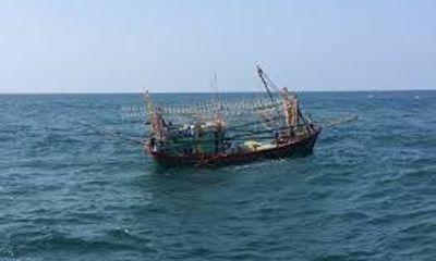Hai tàu cá ở Nghệ An bị tàu lạ đâm chìm rồi bỏ chạy, 7 người bị thương