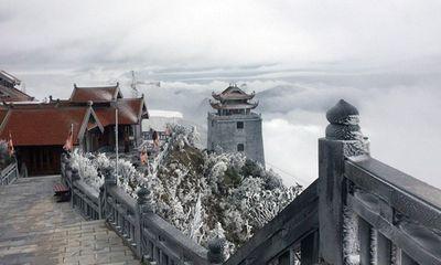 Băng tuyết xuất hiện trên đỉnh Fansipan đầu tháng 4 là hiện tượng hiếm gặp