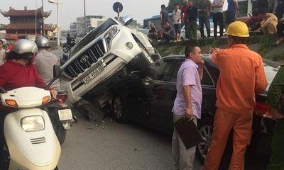 Xe Land Cruiser mất lái lao xuống vệ đường, đè đầu Camry đang đỗ